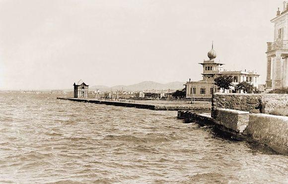 Οι όψεις προς τη θάλασσα των οικιών Χατχή Αγκιάχ (μετέπειτα Τορνιβούκα) και Νουριγιέ στα 1910-11