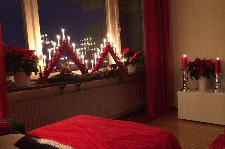 rote und silberne Kerzenständer im Raum