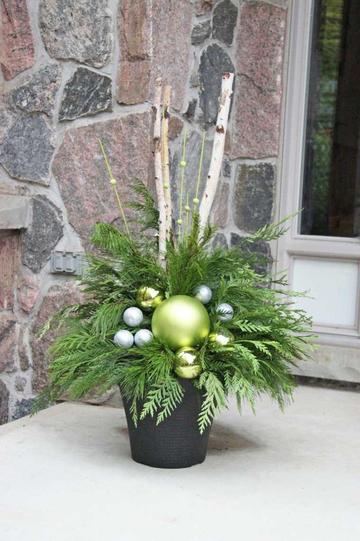 Weihnachtsblumenanordnung für Tabelle und Dekorationen im Freien