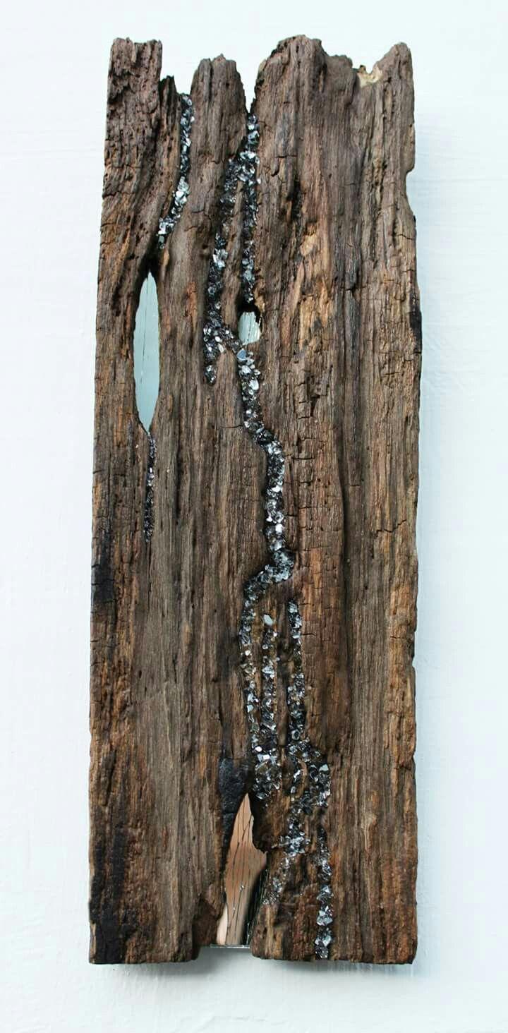 Törött tükör és korhadt fa.