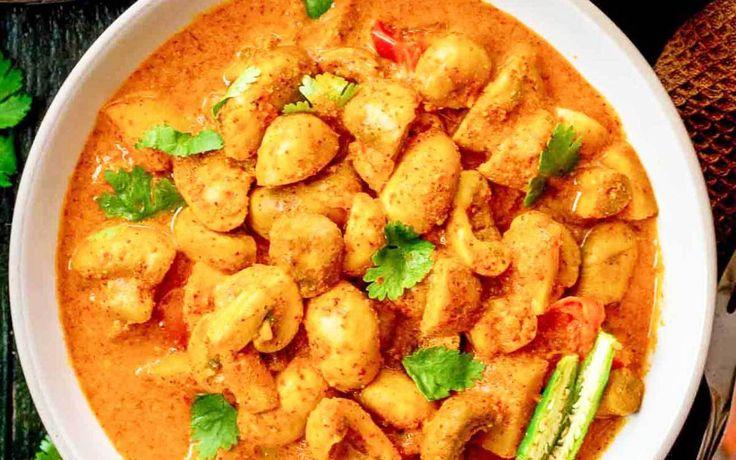 """4 personen 40 minuten Champignons In Pittige Curry is een traditioneel Indiaas gerecht uit de streek Odisha. De lokale naam is """"Odia Chatu Besara"""". Het is een lekker recept en je kan he…"""