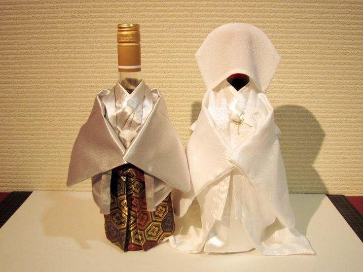 ワインボトルにかぶせるだけで #ウェルカムドール 代わりに。和食系の開店祝など、全国からオーダーを頂いております着物ボトルカバー。今なら金色の羽織袴、金色の色打ち掛け版あります。通販→http://goo.gl/WNn4t3