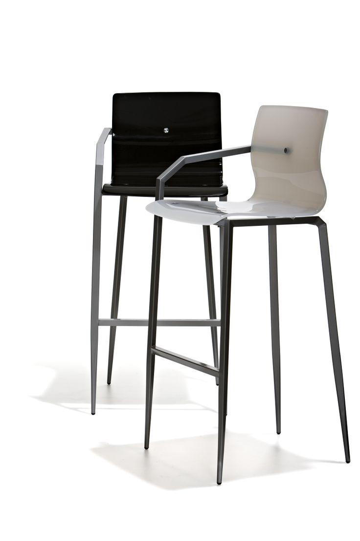 München - Barstol i fast höjd med sits i plexi och underrede i mattborstat stål. Armstöd endast på ena sidan höger alt vänster.