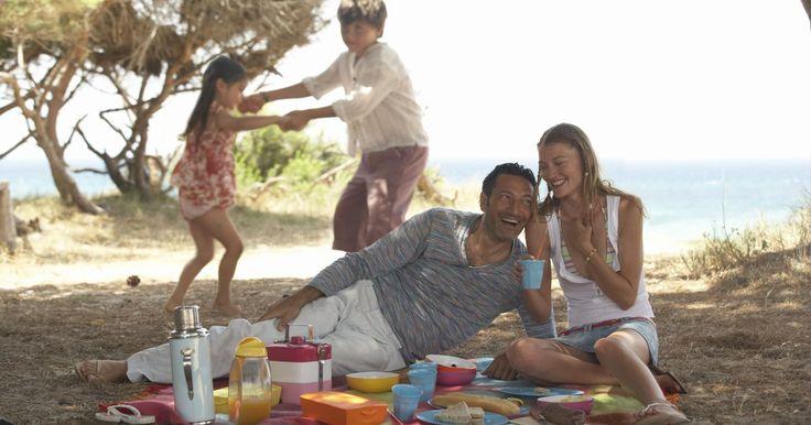 Cómo jugar juegos de picnic. Cómo jugar juegos de picnic. Los picnics pueden ser muy divertidos y no solamente por la comida. Planifica un picnic que incluya muchas actividades y juegos. Pasa ese momento especial al aire libre jugando juegos con tus amigos. Usa estas ideas para jugar juegos de picnic que todos disfrutarán.