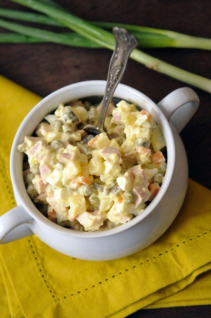 Russischer Sommersalat -  Kochen Sie geschälte Kartoffeln, Möhren, grüne Bohnen und Erbsen in Salzwasser gar. Schneiden Sie sie in Würfel. Mischen Sie gehackte hart gekochte Eier, Schinkenwürfel und einige gehackte Essiggurken mit dem abgekühlten Gemüse. Mischen Sie eine Sauce mit 4 Esslöffeln Mayonnaise, 1 Esslöffel Weissweinessig und 1 Esslöffel Schnittlauchringe. Mischen Sie alles gut zusammen.