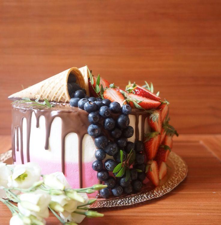 Крем для бисквитного торта - понятие довольно относительное. Разумеется, рецепты, которые я изложу ниже, вы можете использовать не только в сочетании с бисквитом, но и в других тортах, капкейках, тарталетках, эклерах и прочих десертах.
