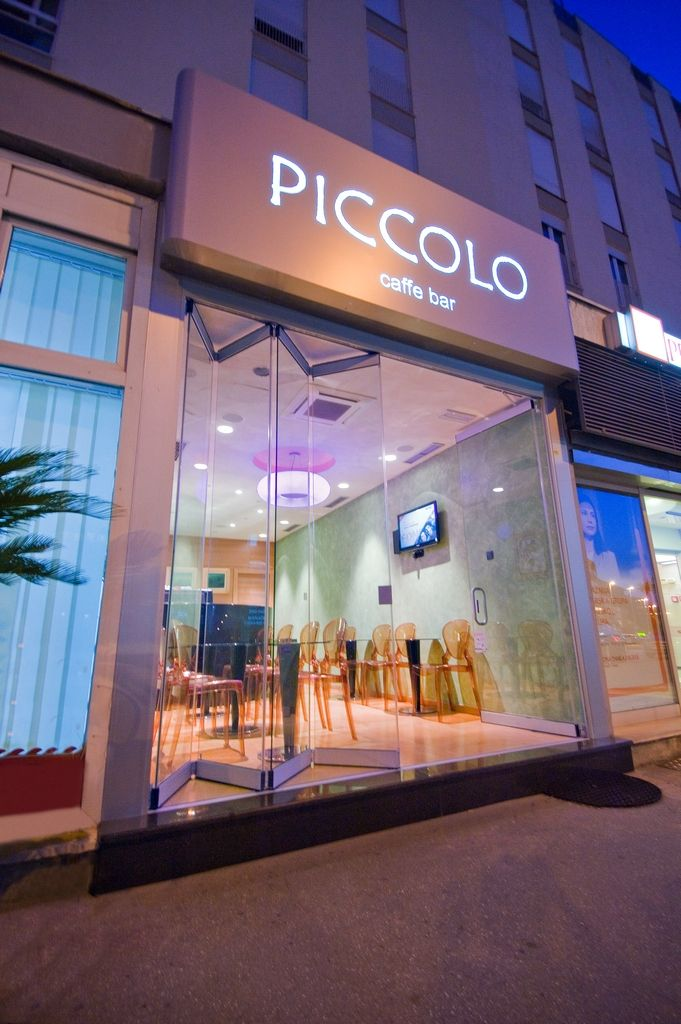 Movable walls, fold  up glass panels, shop window fixtures, windows and doors for shop window displays, shop windows that open, glass and aluminium shop window frames, internal shop partitions, shopping centre doors, shop window display, glass doors for restaurants, nightclub partitions