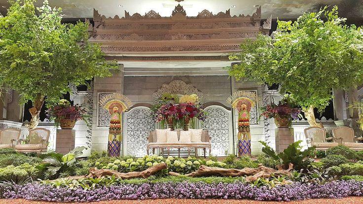 """Rangkaian Dekorasi Pernikahan Riska & Yusuf - 181015  #riskayusufparty  Venue : @sasanakriyavenue  Tema : Bali Pelaminan : Candi Bali Tone Bunga : Merah-…"""
