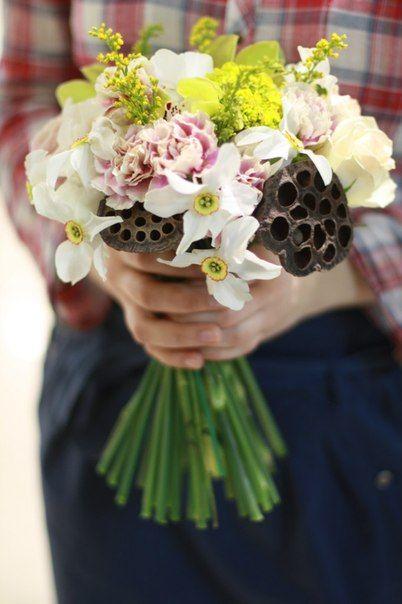 spring wedding bouquet with narcissus, lotus flower boxes and pink. Весенний свадебный букет с нарциссами, коробочками лотоса и гвоздикой