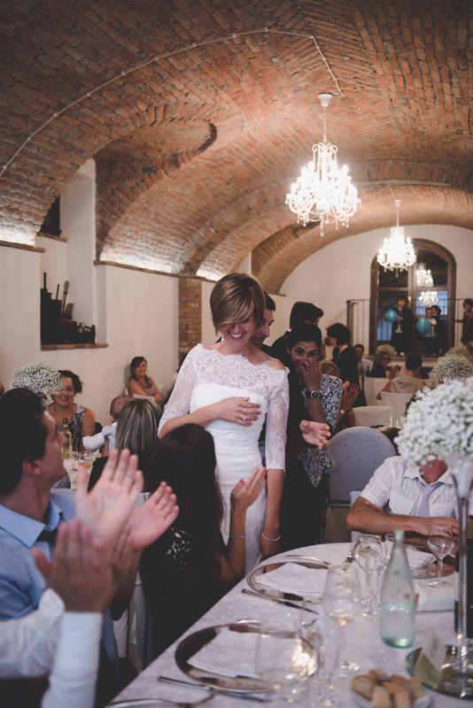 Fiori essenziali, bouquet di calle bianche, nessun gioiello vistoso. Le foto del matrimonio civile a Roppolo di Ivan e Francesca.