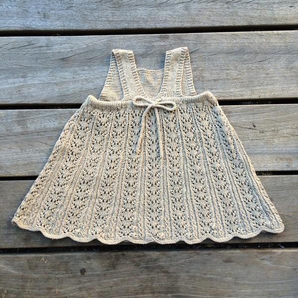 Sommerblondekjolen er en let halvlang kjole med et skørt i blonde.Sød til sommer - og ligeså sød til vinter med en bluse under.Kjolen strikkes nederfra og op.