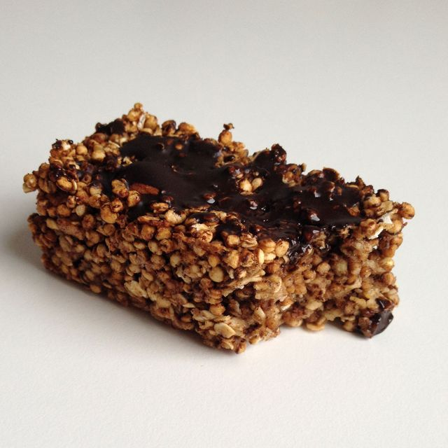 Hmm, dit zijn lekkere én gezonde repen. Te bewaren in de koelkast, ideaal als snack om mee te nemen voor onderweg of als snel ontbijt!  Ingrediënten 2 bananen, gepureerd 2 cups/70 gram gepofte quinoa