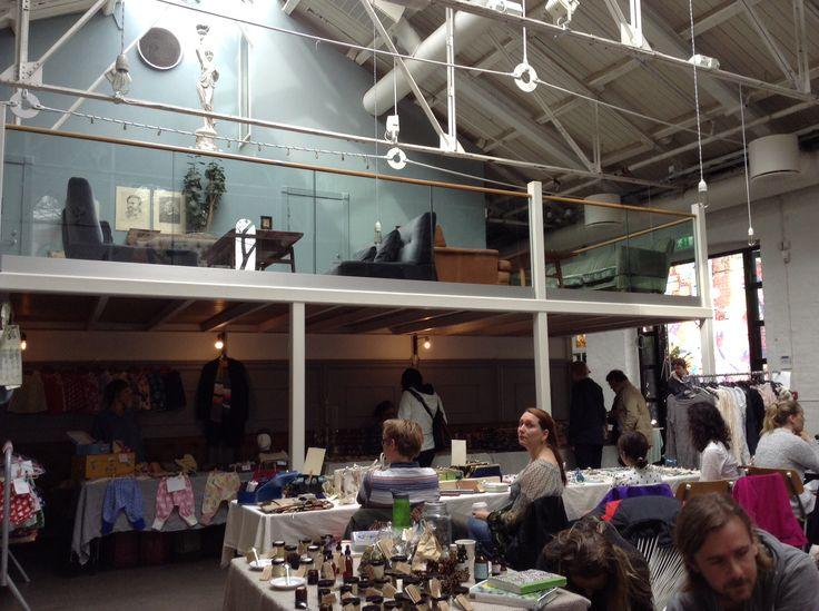 In un loft di Oslo si allestiscono anche mercatini delle pulci! Inside a loft in Oslo there's a second hand market! #oslo #norway #loft