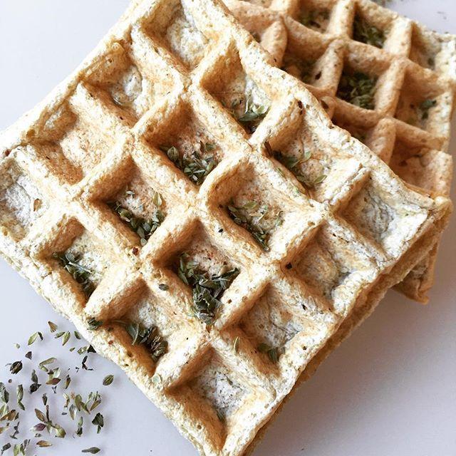 WAFFLES SABOR PIZZA Necesitas: 1 huevo y 2 claras o 4 claras. 2 cucharadas soperas de salvado de avena (puede reemplazarse por 1 y 1/2 de cualquier harina sin TACC). Sal. Orégano. 1 pizca de polvo de hornear. 1/2 cucharada sopera al ras de de queso untable 0% grasa. 1 cucharada sopera de queso en hebras light (vegetarianos pueden reemplazar por tofu). Opcional: 1 pizca de ajo en polvo y 1 tomate disecado rehidratado y picado bien chico. Procedimiento: Licuar todos los...