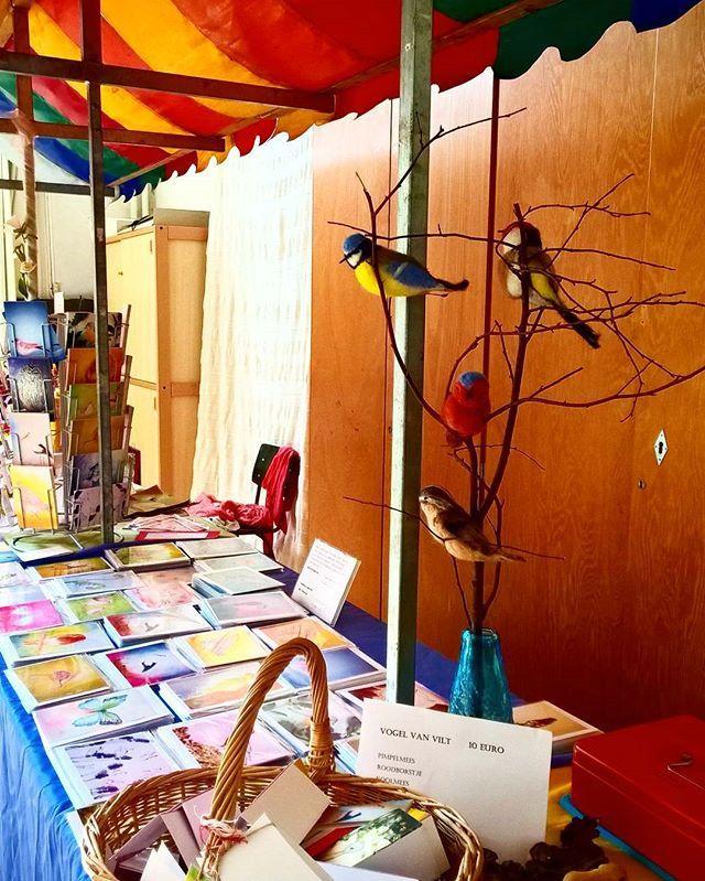 Kraampje klaar op de lentemarkt van Vredehof met vogels van vilt