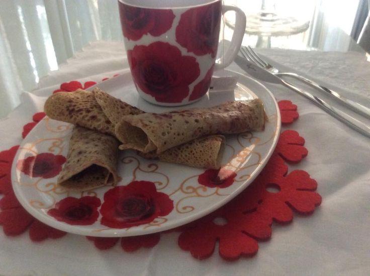 Crêpes di grano saraceno farcite con marmellata alla frutta, naturalmente fatta in casa