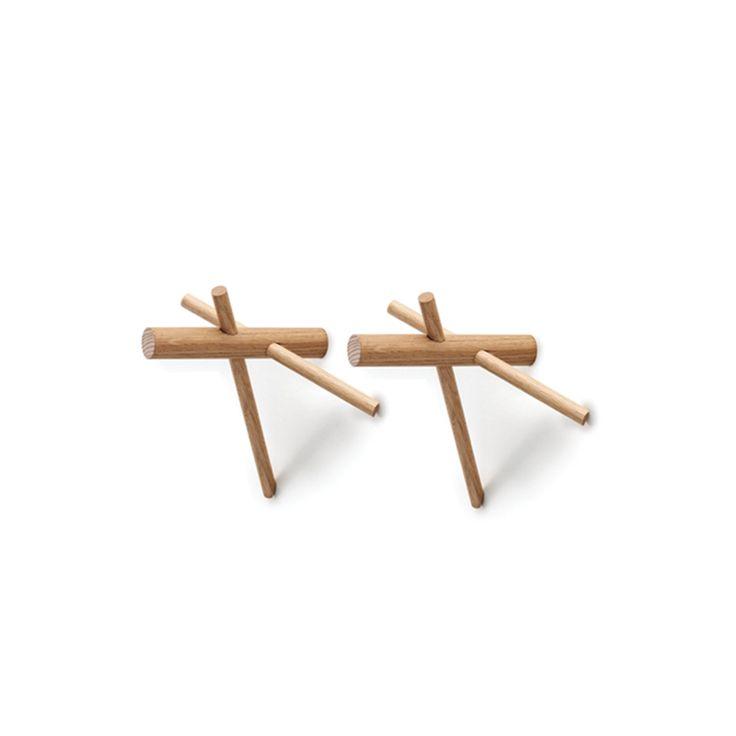 Appendiabiti da parete in legno massello. Questo prodotto può essere facilmente installato a muro. Tre stecche di legno che si incrociano in un gioco di forme.