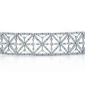 Bracciale con motivi geometrici e diamanti tondi taglio brillante in platino.