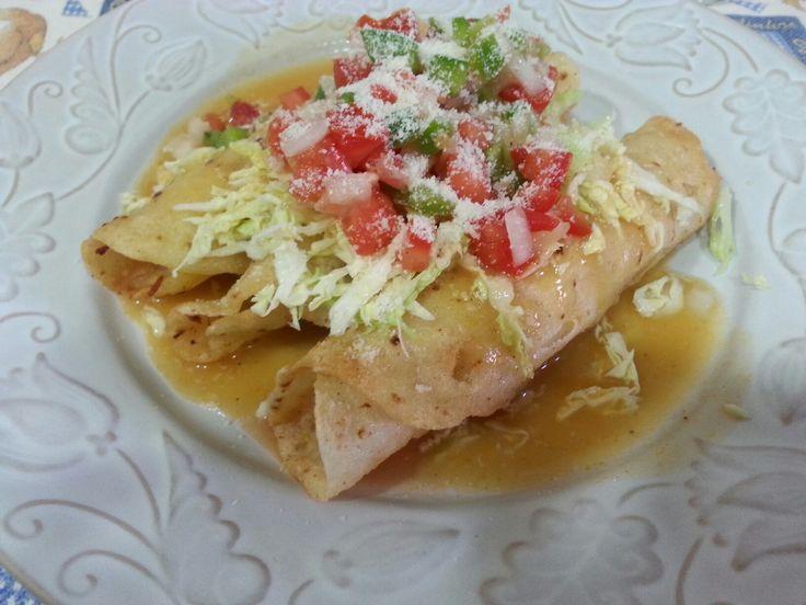 Tacos Flauta un exquisito plato de la gastronomía hondureña hechos  con tortillas de maíz y relleno con pollo, también lo puedes rellenar con carne de vacuno y cerdo
