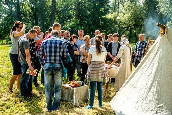 Żywe Muzeum Początków Państwa Polskiego na wyspie na jeziorze Jelonek.