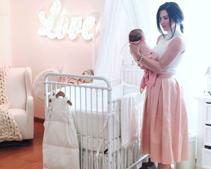 Cool babyzimmer m dchen elegante mutter holt das baby m dchen zimmer gestaltung einrichtung ideen