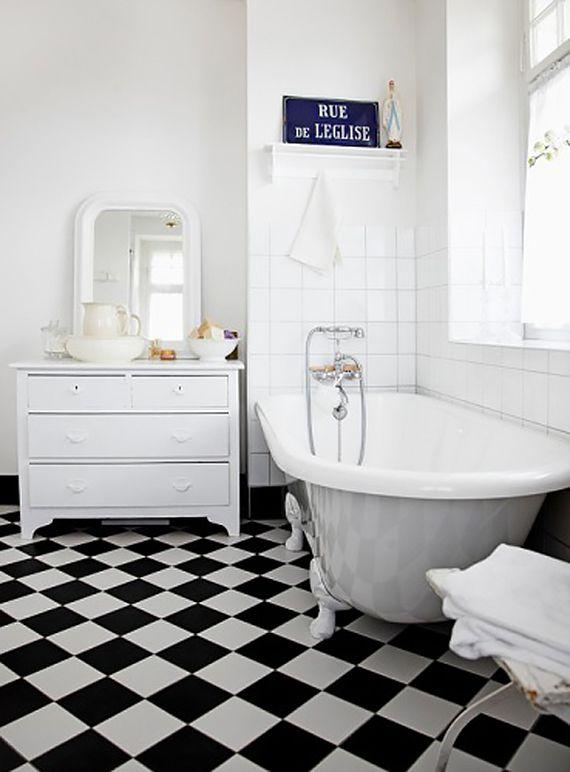 Black and white bathrooms | Checkers floor and clawfoot bathtub via Boligpluss.