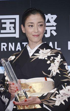 第27回東京国際映画祭で最優秀女優賞を受賞した宮沢りえさん=31日午後、東京・六本木…