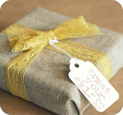 burlap and lace: Gifts Ideas, Burlap Lace, Diy Gifts, Gifts Wraps, Lace Bows, Parties Gifts, Wraps Gifts, Wraps Presents, Wraps Ideas