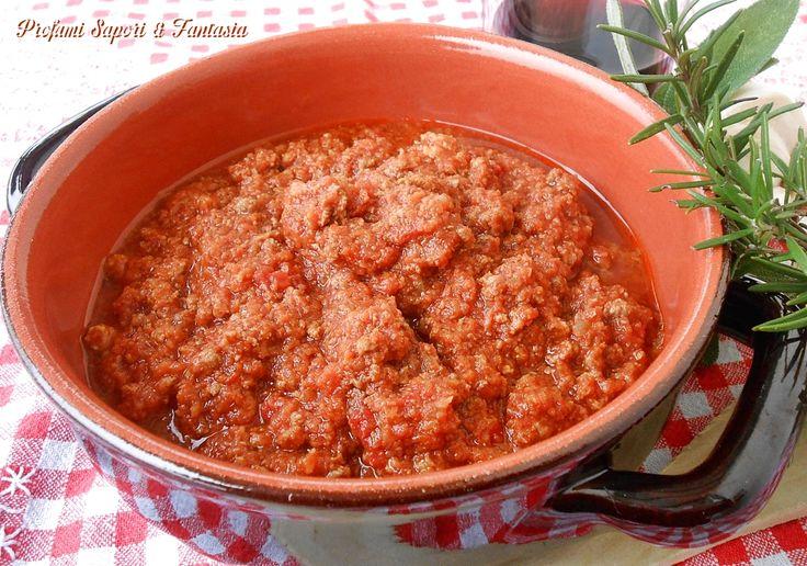 Ragu di cinghiale ricetta saporita è un'ottima preparazione per dare vita a tagliatelle o pappardelle,la pasta più adatta per questo ragu di cacciagione.