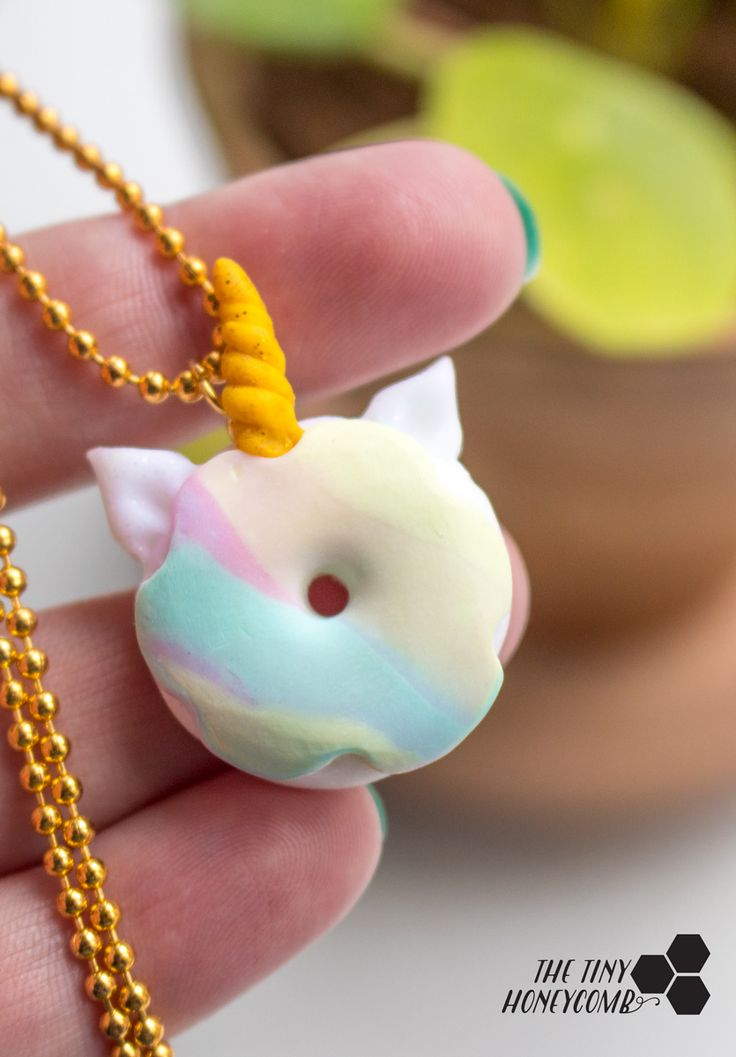 DIY unicorn donut necklace. An easy tutorial on how you can make your own unicorn jewelry with polymer clay. Pretty, cute and easy diy unicorn necklace