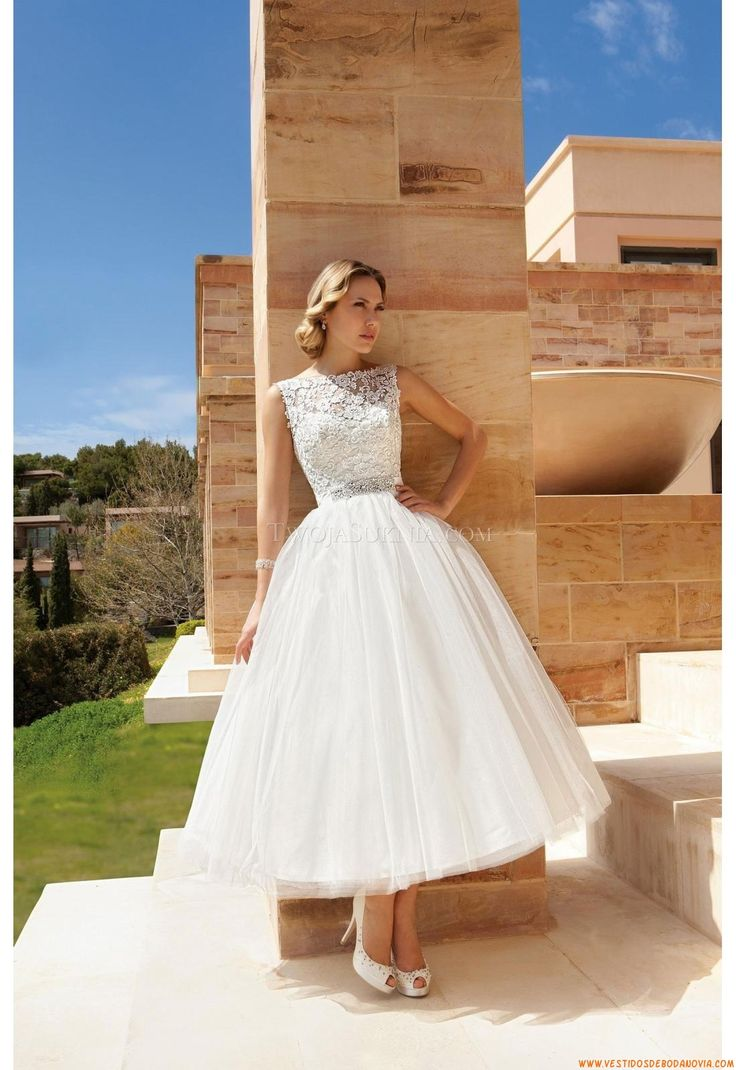 Reminiscent of 1950's movie star and Princess of Monaco, Grace Kelly.  Vestido de novia Demetrios DR193 Romance