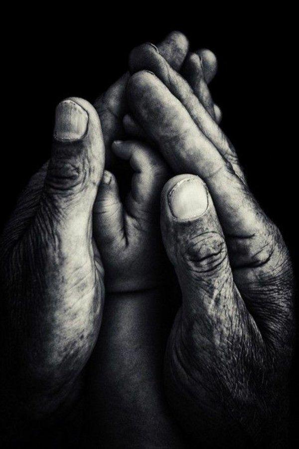 La main de parent et enfant - photo sentimentale