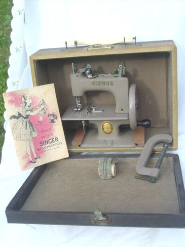 VINTAGE OLD SINGER 20 SEWHANDY TOY SMALL CHILD SEWING MACHINE W/BOOK + CASE