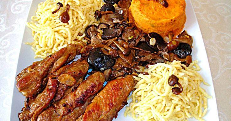 Fabulosa receta para Tiras de carne de cerdo con setas variadas, boniato y pasta fresca.