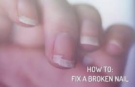 Vijl de nagel waar nodig bij en knip een thee zakje kapot. Haal de inhoud eruit, zodat je alleen het zakje overhoudt en knip deze iets groter dan het ingescheurde stukje nagel. Breng een basis nagellak aan en leg het uitgeknipte stukje op het ingescheurde stuk van je nagel als een soort pleister. Lak er nog een laagje in kleur overheen ter versteviging en je hebt je nagel gered! Zo kun je de scheur netjes laten uitgroeien