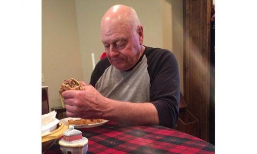 Foto de abuelo solitario provoca nostalgia en redes