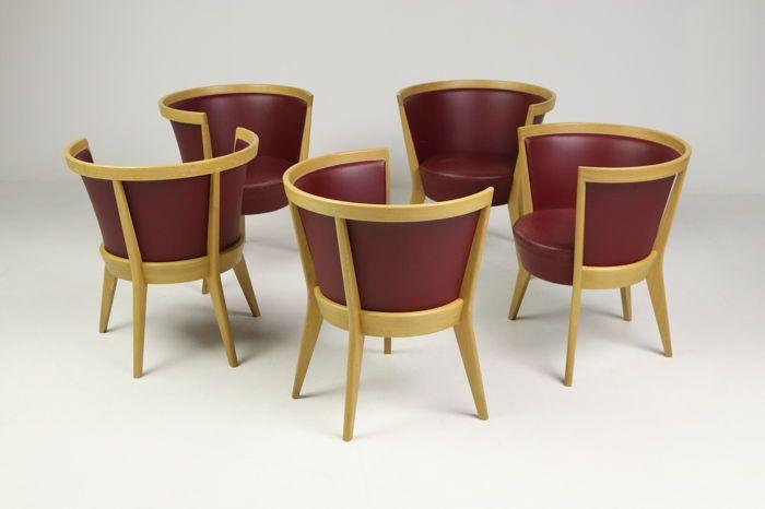 Jacob Berg para Scou Andersen. Cinco sillones hechos de roble sólido tratado con jabón, tapizados con cuero rojo. Fabricado por Schou Andersen Møbelfabrik. La silla Circle es una hermosa y escultural butaca con muchos detalles de artesanía. La silla redonda tiene una fantástica comodidad para sentarse, mientras que la silla es un festín para los ojos. Signos de desgaste relacionados con la edad, arañazos, desgaste del cuero (ver fotos). Precio de venta al público: € 1,102.00 por silla…