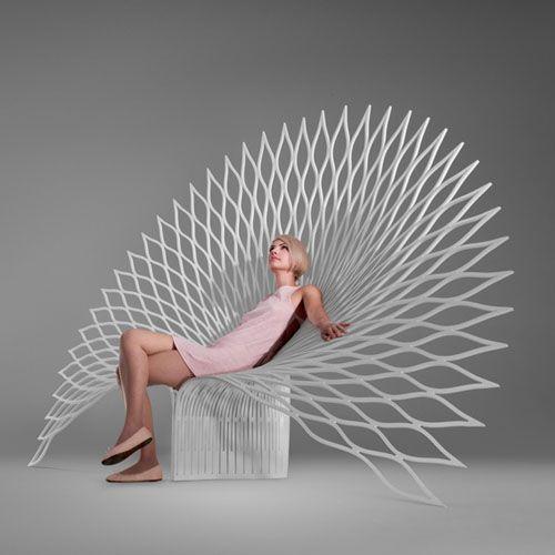 Sculptural et imposant, le fauteuil Peacock est constitué d'une seule feuille de plastique se déployant dans l'espace à la manière d'un paon.