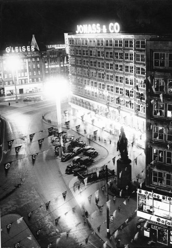 Berlin, Olympiade, Alexanderplatz bei Nacht - Festliche Beleuchtung anlässlich der Olympischen Sommerspiele 1936 mit letztem Standort der Berolina – Wikipedia