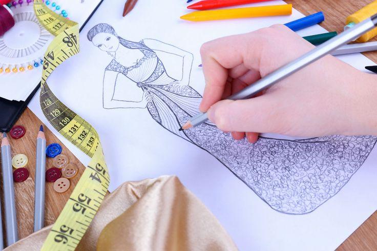 Un viaggio attraverso la storia della moda femminile contemporanea, da Chanel ad oggi, passando per i pantaloni a zampa e Sex And The City.