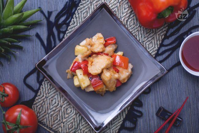 Il pollo in salsa agrodolce è un secondo piatto formato da bocconcini di carne avvolti in salsa di  agrodolce arricchiti con peperoni e ananas.