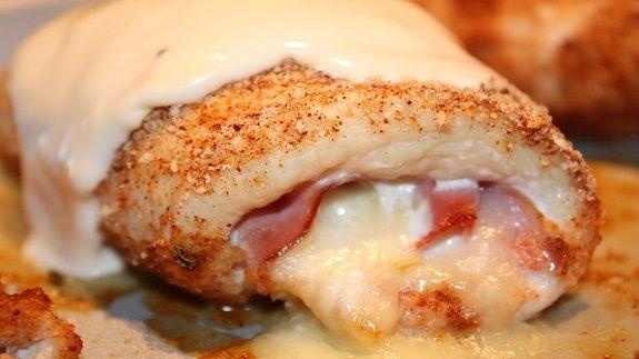 Een lekker koolhydraatarm hoofdgerecht, kip cordon bleu. Dit is een heerlijk Frans hoofdgerecht met kipfilet, ham, Zwitserse kaas, wijn en kippenbouillon.