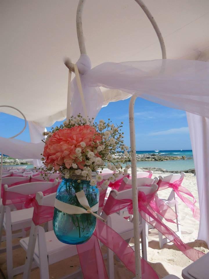 CBD218 Riviera Maya Weddings bodas / Aisle decoration with hanging blue Mason Jar and coral floral / decoracion camino al altar con Mason Jar azul y flores en coral y blanco