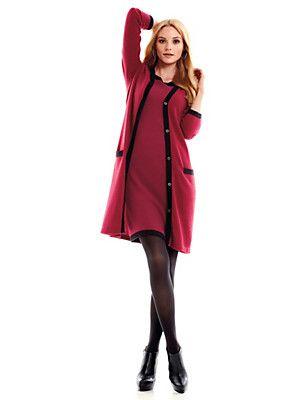 Dit zal je erg mooi staan. Cashmere is duur, maar ook het heerlijkste wintermateriaal om te dragen. Koop het als je denkt dat je een stuk jarenlang mooi zult vinden en zult blijven dragen. Draag met zwarte maillot en zwarte hakken (laarzen of pumps).