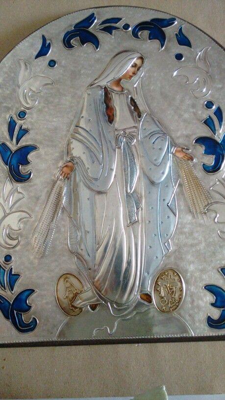 Virgen de la milagrosa repujada en aluminio con pintura de vitral