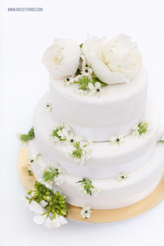 Hochzeitstorte Weiß schlicht mit Ranunkeln / White Wedding Cake