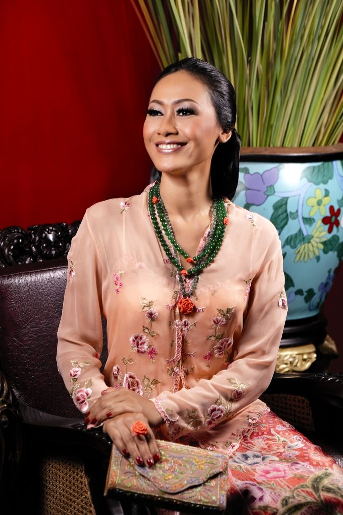 Kebaya: Ghea Fashion Studio