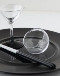 ストレーナーホルダー 8307【ガラス食器・小鉢・小付・和食器・おしゃれ・おもてなし】       サイズ   直径   高さ       95mm   48mm    内寸   70mm   40mm       容量   110cc    材質   耐熱ガラス    Comment     ガラスが二重構造になっており、 冷たい食べ物でも温かい食べ物でもご使用いただけます。 耐熱ガラスなので食器洗浄機や電子レンジもご使用いただけ、 日常使いに大変便利になっております。 食器としてはもちろん、茶こしなどを置く ホルダーとしてもご使用いただけます。  中国製。 単品での販売となります。 食器洗浄機・電子レンジ対応可能となっております。  ※ガラス製品につき、 サイズ・深さ・デザイン・スタイルなどに多少の個体差がございます。 気泡・異物・へこみ・キズ・歪みがある場合がございます。 予めご了承くださいませ。