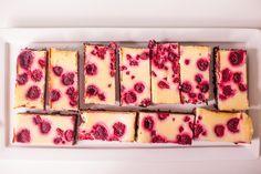 Taartliefhebbers moéten Baksels op hun visit-list zetten: een bijzonder fijne hotspot in Amsterdam waar je terecht kunt voor taarten, koekjesen thee. EigenaresseLéonie maakt de allerlekkerste creaties, waar deraspberry cheesecake brownie een van de succesvolste van is. Wij ontfutselden haar het recept! Verwarm je oven voor op 170°C. Smelt de chocolade (au bain-marie of heel zachtjes […]
