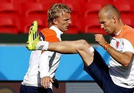 24-Jun-2014 4:32 - 'KUYT WORDT ONDERSCHAT, HIJ KAN ALLES'. 'De man van staal die brak', zo grapte Arjen Robben na afloop van de 2-0 overwinning op Chili tegen Dirk Kuyt. De blonde aanvaller liep als...